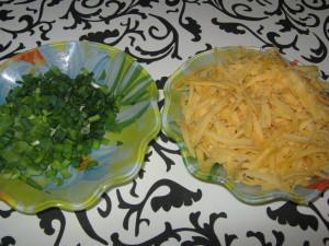зеленый лук и тертый сыр
